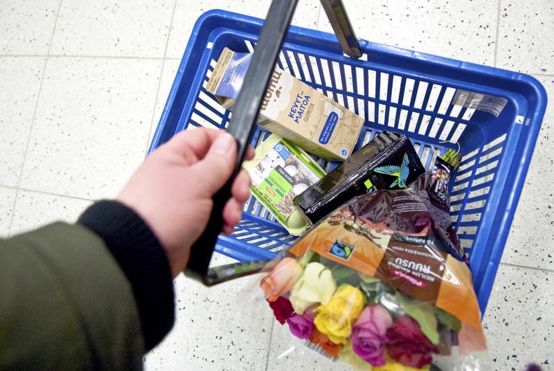 Tiedostava kuluttaminen on tämän hetken suurin ruokatrendi, kertoo K-ryhmän Ruokailmiöt 2019 -raportti. Moni kerää ostoskoriinsa luomua ja Reilun kaupan tuotteita.