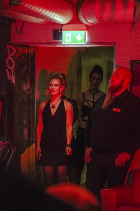 Tiia Malinen odotti jännittyneenä omaa esiintymisvuoroaan. Ensimmäisellä esittelykierroksella malli oli pukeutunut rockhenkiseen asuun.