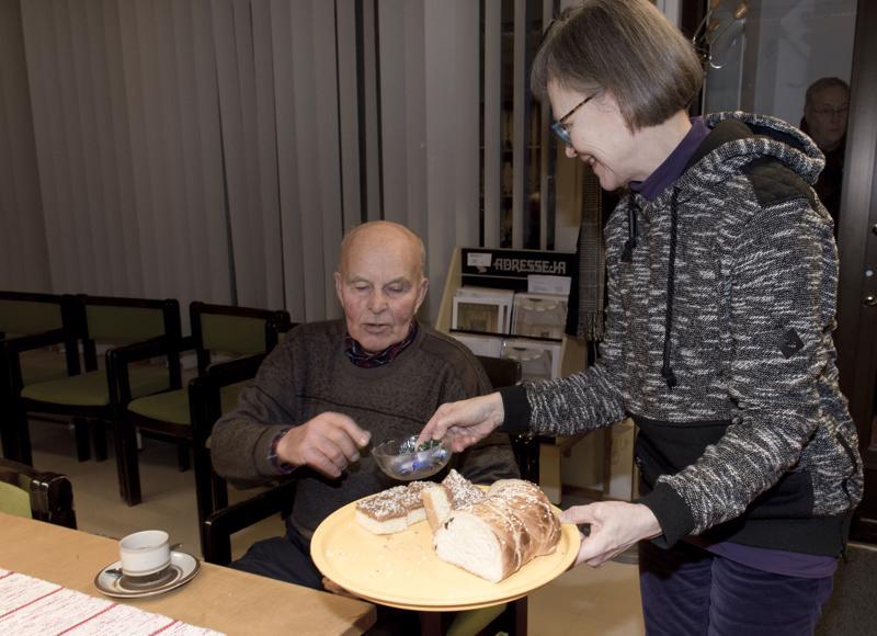 Saisko olla santsikuppi tai karkkia, tarjoilee Anna-Maija Pahkala.