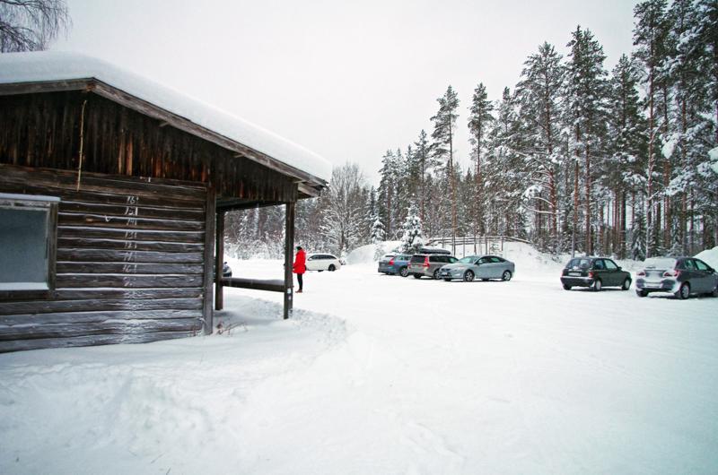 Maanantaina iltapäivällä Hiitolan laduilla oli puolen tusinaa autollista hiihtäjiä.