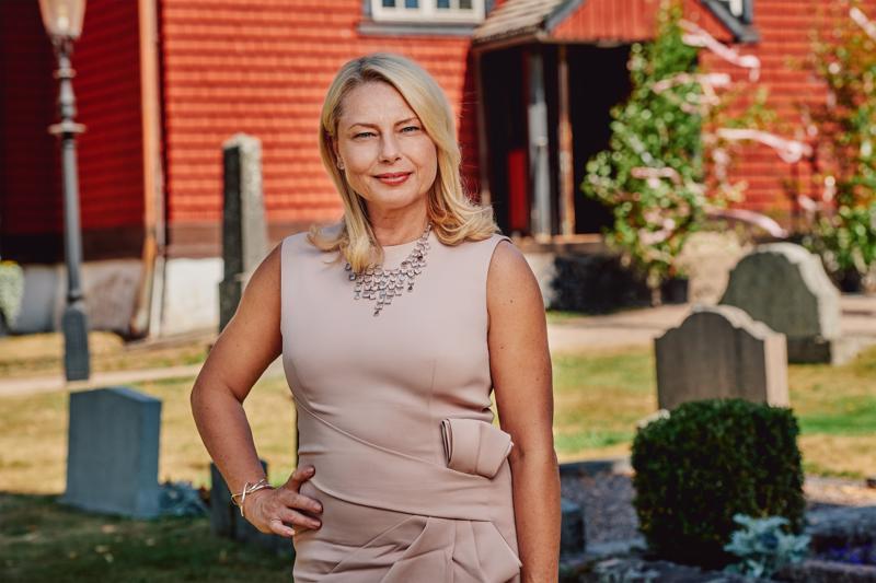 Helena Bergström on pääosassa ruotsalaisessa televisiosarjassa Häät, hautajaiset ja ristiäiset.