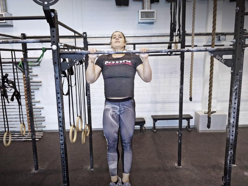 Kajsa Ojala vetämässä leukoja kevein ottein, muutama kymmen valokuvaa varten  menee tuosta vaan naiselle,  jolta nousee vaikkapa levypainolla työnnöstä 95 kiloa, peruskyykystä selällä 127 kiloa ja maastavetonakin 160 kiloa.