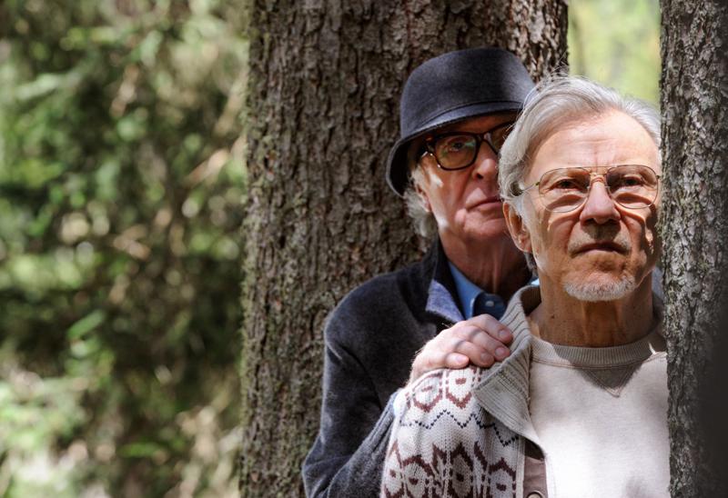 Kaksi vanhaa ystävää Michael Caine ja Harvey Keitel seuraavat jälkikasvunsa ja muiden nuorten elämää lomallaan hotellissa Alppien juurella.