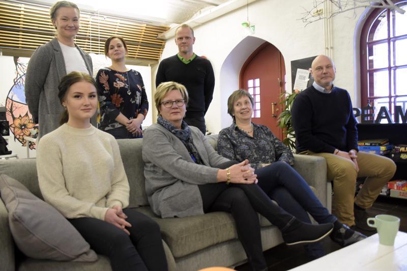 Tavoitteena on, että illan aikana nuoret voivat tutustua kenties tuleviin työnantajiinsa. Ylhäällä Ida Westerlund (Etsivä), Sari Backlund (Etsivä) ja Niko Mattila (KPO). Alhaalla Wiivi Nortunen nuorisovaltuustosta, Rita Forsbacka (kapunki) Tiina HöyläMännistö (kaupunki) ja Leif Lindberg (KPO).