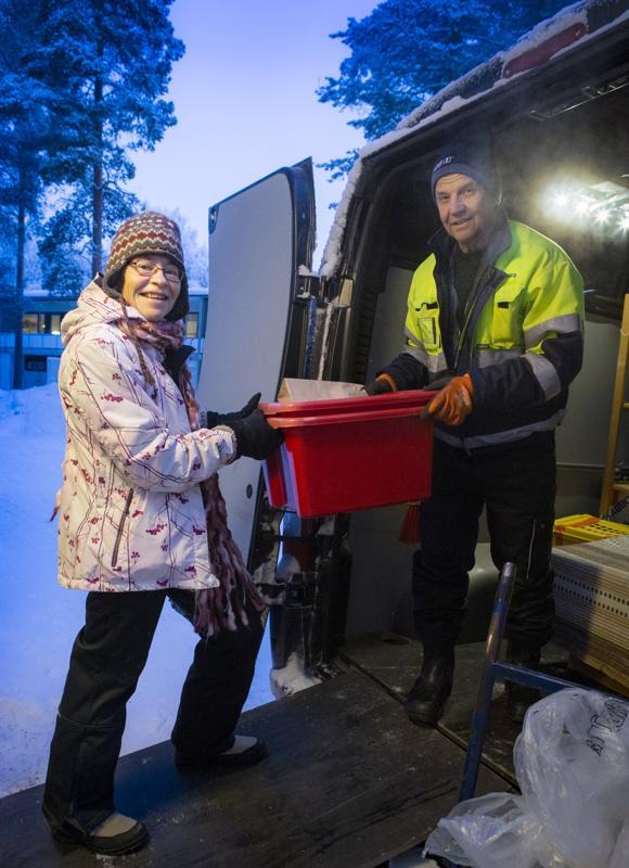 Maija Männikkö muuttaa 20 vuoden asumisen jälkeen uuteen kotiin. Muuttopäivänä hän palkkasi avuksi Pekka Pellon, tämän kollegan ja pakettiauton. Pellon kokemus on se, että muuttofirmoja käytetään muutoissa yhä enemmän, sillä ihmiset ovat nykyään kiireisempiä.