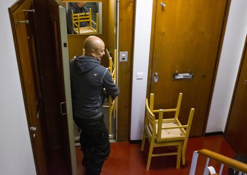 Tuolit ovat muutossa yksi hankalimmista esineistä, sanoo Pekka Pelto. Ne ovat pinta-alaltaan laajola, mutta massaa on vähän. Ne vievät siksi suhteellisesti paljon tilaa muuttokuormassa.