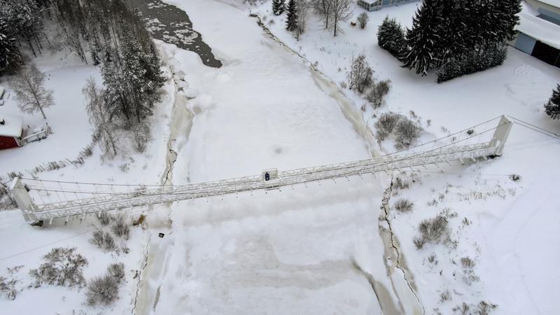 Padingin riippusilta yhdistää Jaakolanrannan asukkaat kylän eteläpuoleen. Sillalla on ikää 60 vuotta. Siltaa kannattelevat Makolan kaivoksesta kierrätetyt vaijerit. Kantoväli on 70 metriä. Matti Ruuttunen on yksi sillasta huolehtivista tiekunnan osakkaista.