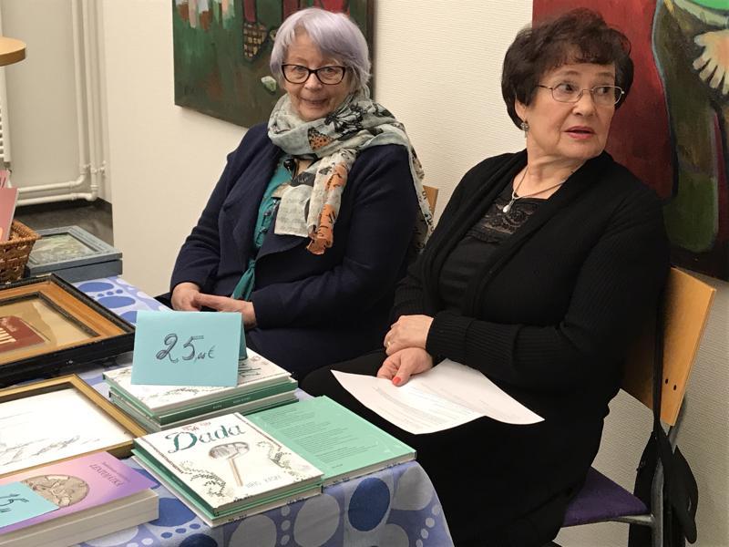 Maija Häivälä (vas.) ja Iiris Kaski esittelivät tuotantoaan samassa pöydässä. Häivälä on kirjoittanut tositarinan Annin evakkotaipaleesta.