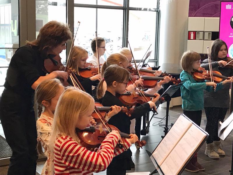 Pikkuviulistit esiintyivät Mariiana Dikanarovan johdolla.