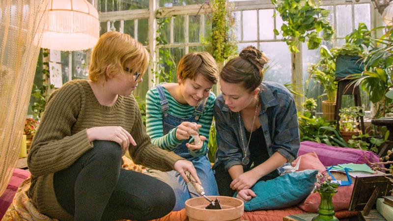 Koulukiusatut tytöt Bella (Wilma Holmén), Kim (Tuva Jagell) ja Momo (Louise Nyvall) vaihtavat ruotsalaiselokuvassa Pojat sukupuolta.
