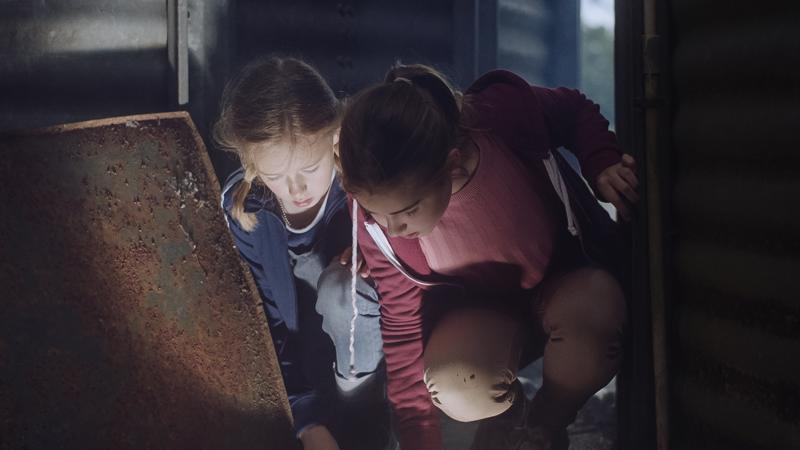 Josefinin (Nike Ringqvist) ja Nadjan (Maja Magnusson) seikkailu alkaa, kun Nadja löytää maasta valoa hehkuvan kiven.