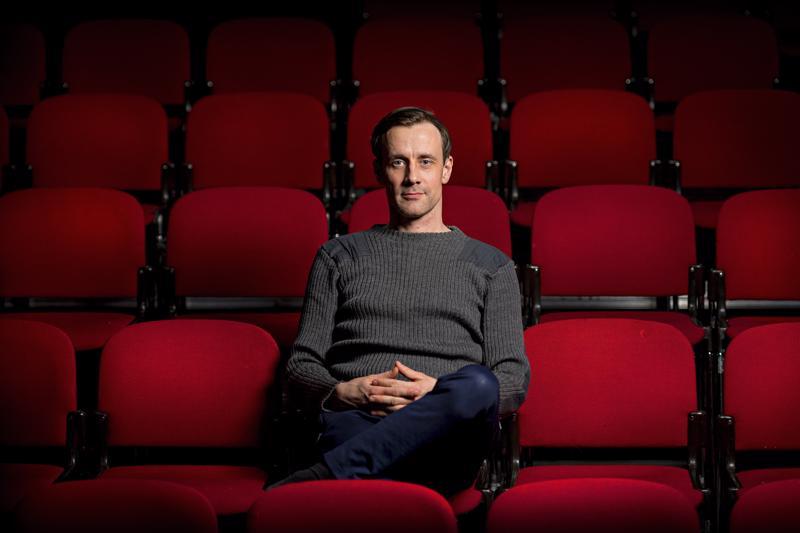 Näyttelijä Jukka Peltola harjoittelee Kajaanissa tanssiteosta. Mies viihtyy freelancerina, koska työ haastaa tekijäänsä jatkuvasti.