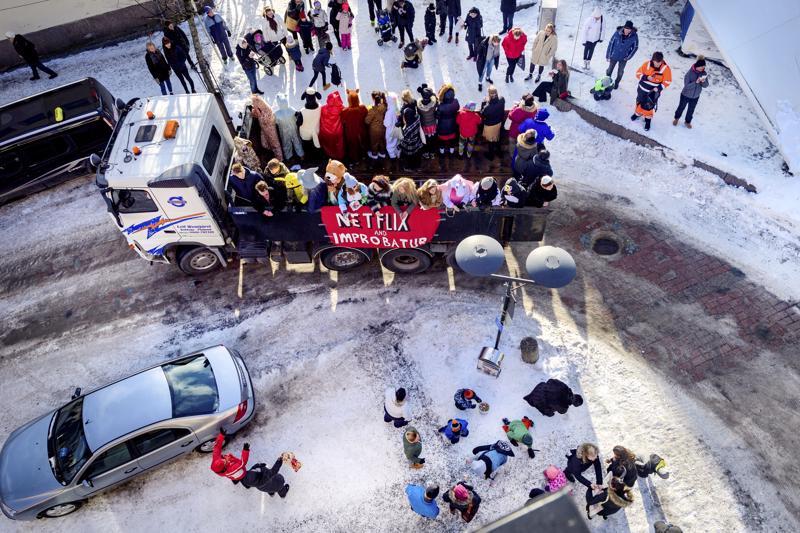 Kokkolan keskustassa Rantakadun ja Torikadun kulmaan oli kerääntynyt paljon yleisöä seuraamaan penkkarikulkuetta ja keräämään karkkeja, joita abit heittivät.
