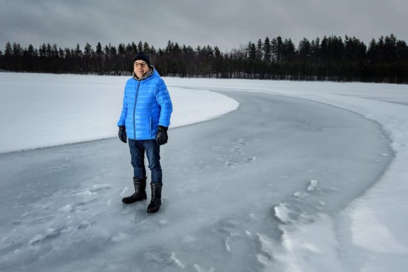Pakkasia odotellessa. Kokkolan urheiluautoilijoiden puheenjohtaja Anssi Räikkönen kahlasi jääsohjon läpi tamppaantuneelle radalle.