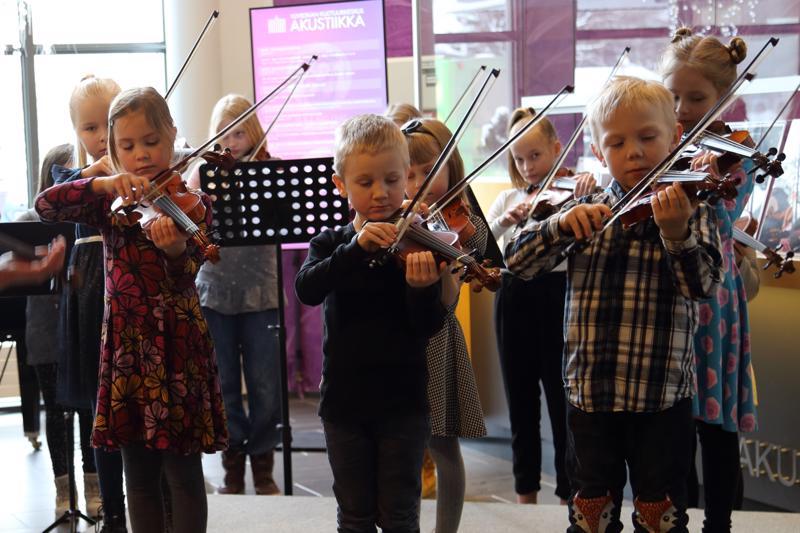 Ylivieskan seudun musiikkiopiston pikkuviulistit esiintyivät kirjamessuilla Akustiikan aulassa.