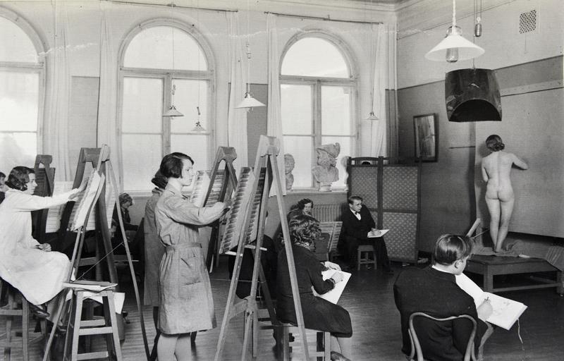 Lydia Metsämaa mallina Suomen taideyhdistyksen piirustuskoulussa vuonna 1930.