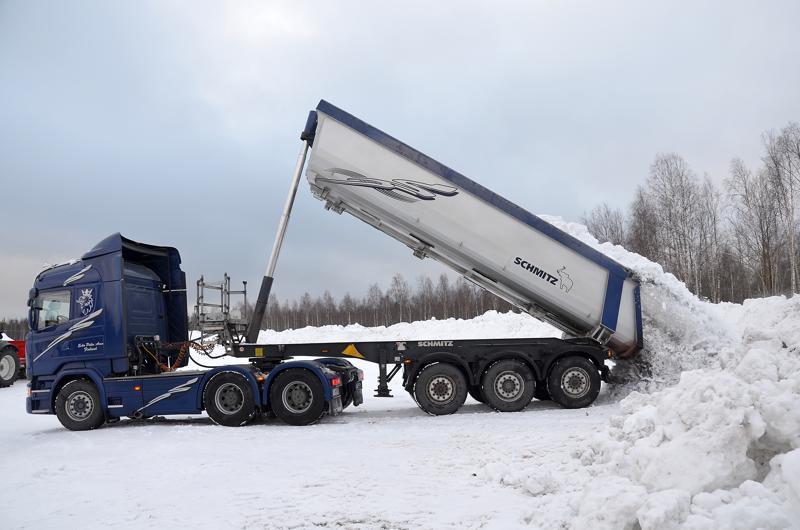 Ylivieskan lumenkaatopaikalle mahtuu paljon lunta. Kuvassa Esko Pelto-Arvon auto kippaamassa Bet-Kerin pihalta tuotua lunta.