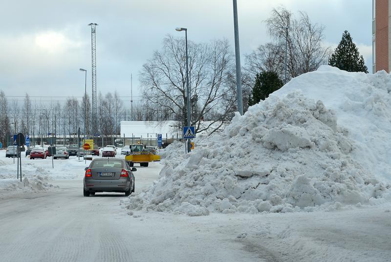 Lunta on keskustassa paikoin jo kaduilla. Kuva Kartanotieltä.