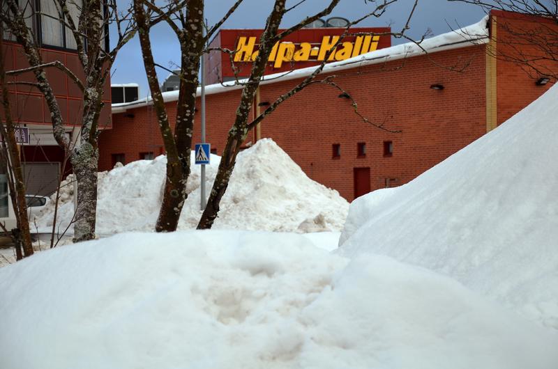 Vaikka lunta on paljon ja sitä on kasattu ympäri kaupunkia, ei kyse ole normaalia isommista määristä. Lunta tuli tänä vuonna vain kerralla paljon.