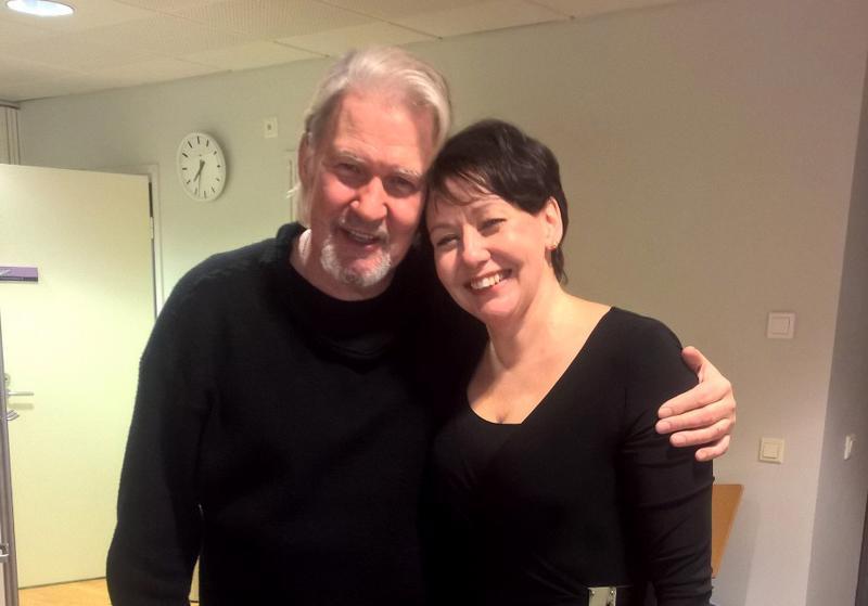 Johnny Logan nappasi kulttuurijohtaja Katriina Leppäsen karhumaiseen kainaloonsa konsertin jälkeen.