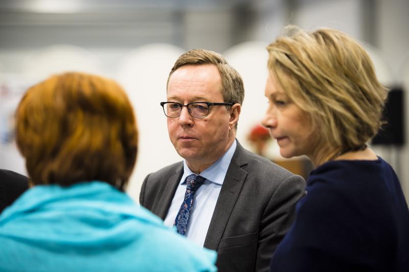 Ministeri Mika Lintilä keskusteli Lasercompilla muun muassa kaupunginjohtaja Päivi Karikummun (oik.) ja Nivalan Teollisuuskylän toimitusjohtaja Kaisa Liinamaan kanssa.