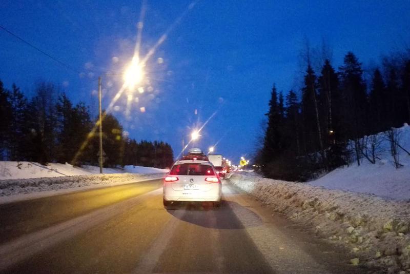 Kasitiellä Kokkolassa liikenne seisoo liikenneonnettomuuden vuoksi maanantai-iltana.