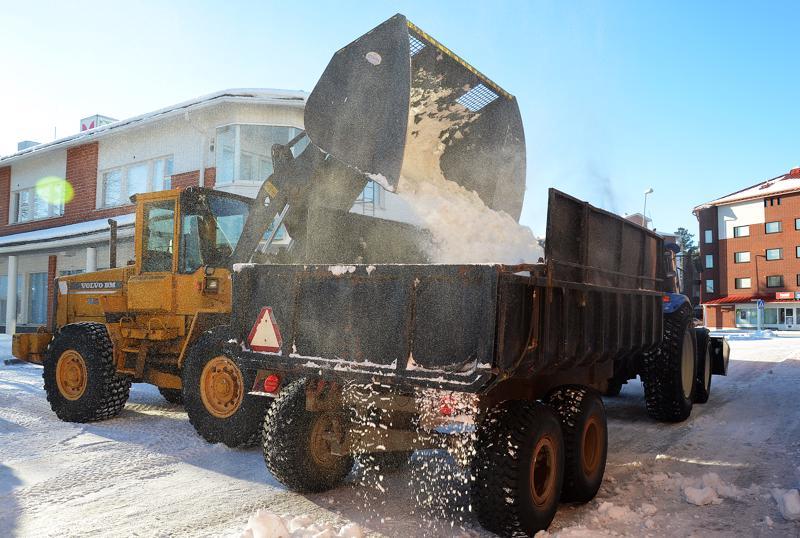 Kaupungin ja kiinteistöhuollon työntekijät ovat ajaneet lunta tiistaiaamusta lähtien Ylivieskan keskustasta Savarin takana olevalle lumenkaatopaikalle.