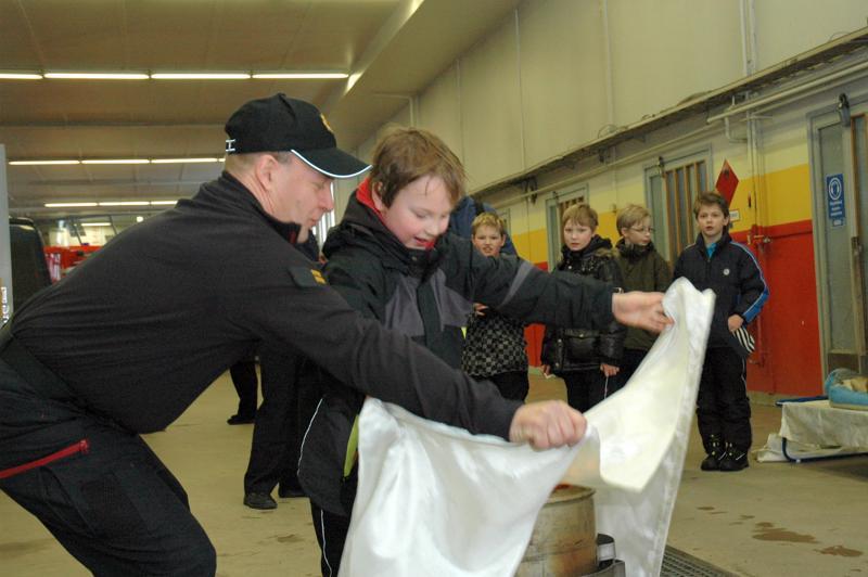 Haapaveden paloasemalla oli vietetty 112-päivää. Ylipalomies Jari Haukipuro ja 3.-luokkalainen Aleksanteri Muhonen harjoittelivat yhdessä tulen tukahduttamista.