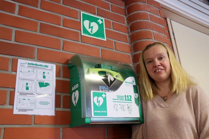 Defibrillaattori on sijoitettu liikuntakeskuksen aulaan, josta se on hätätilanteen sattuessa helposti kaikkien saatavilla, kertoo vapaa-aikasihteeri Satu Koski.