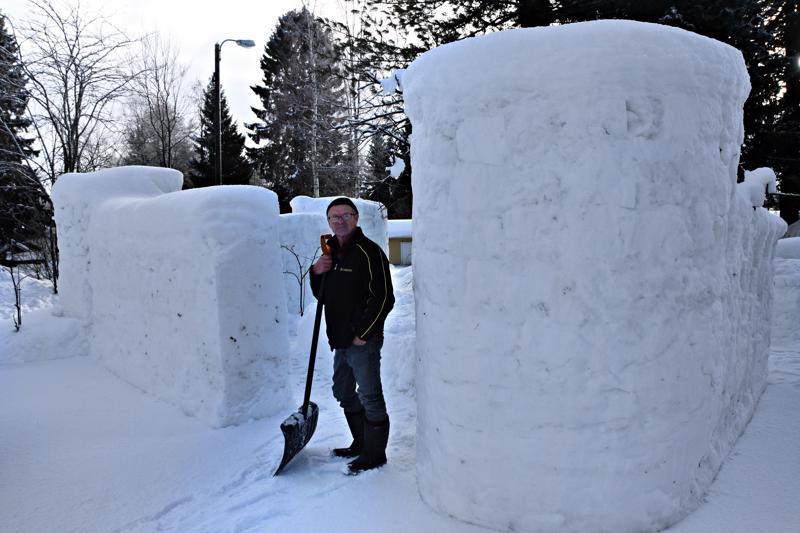 """Veikko Björn kertoo, että jokatalvisen lumilinnaprojektin innoittajana on tällä kertaa ollut presidentti Trump muureineen. Hänen muurinsa vain toimii käänteisesti. """"En yritä pitää ketään pois, vaan koitan pitää ihmisiä täällä sisällä. Täällä saa kakarat ja muut pyöriä."""" Linnaistentien  lumilinna on vielä kesken. Kunhan se valmistuu, sisäpihalle jää sembramänty, jonka alaoksat toimivat kattona."""