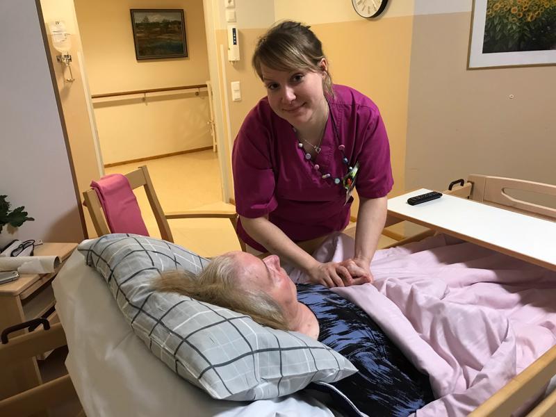 Sairaanhoitaja Sini Paasila on tyytyväinen 0,7 hoitajamitoitukseen, vaikka lisäkäsilläkin olisi käyttöä.