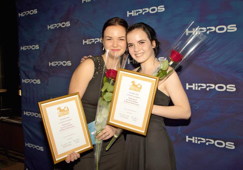 Pomona II, Oona Halme ja Elina Miettunen palkittiin vuoden A-kategorian ponivaljakkona raviradalla Espoossa lauantaina järjestetyssä Young Power -gaalassa.