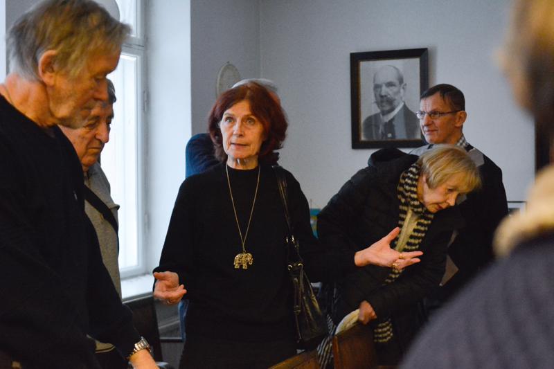 Yhdistyksen jäsenet pääsivät viime viikon kokouksen yhteydessä tutustumaan entisen vartiolinnan historiaan Kaija Jestoin johdolla.