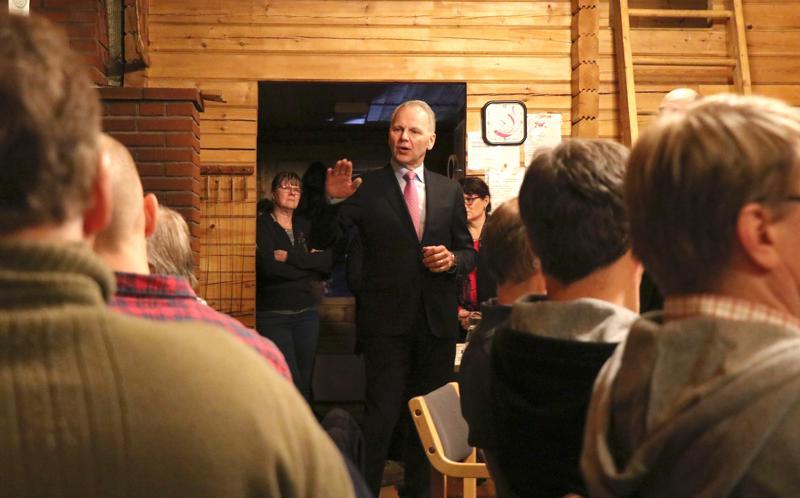 Maa- ja metsätalousministeri Jari Leppä puhui tupaillassa Vetelissä Tuottajainmajalla.