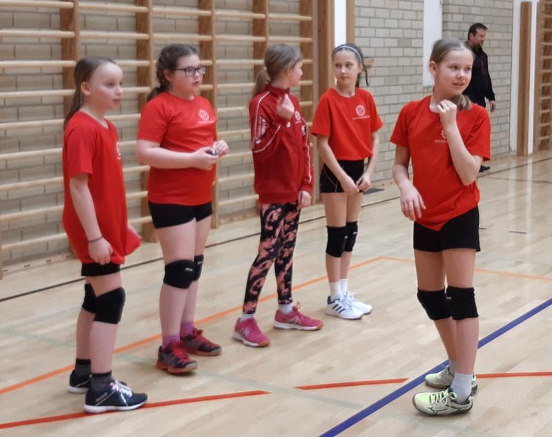 Roiman E-tytöt voitokkaan pelin jälkeen. Vas. Fanny Mäki-Petäjä, Ronja Paananen, Sonja Nurro, Aino Venetjoki ja Telma Tuorila.