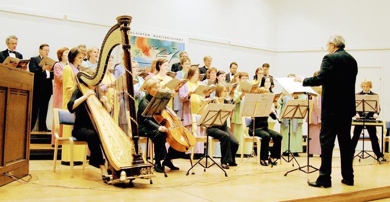 Merkuriussali toimii muun muassa Oulaisten Musiikkiviikkojen yhtenä konserttisalina. Kuvassa Tapani Tirilä johtamassa Vox Ardens -kuoroa.