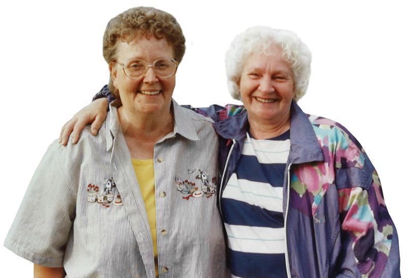 Ystävykset kuvattuna muutama vuosi sitten, kun Hely oli käymässä Kalajoella. Anni on kuvassa oikealla.