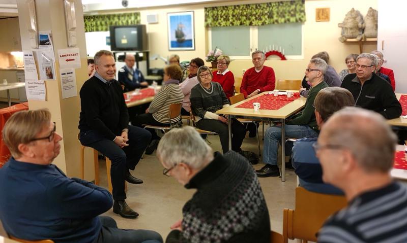 Kokkolan Bolidenin uusi toimitusjohtaja Antti Kontiainen vieraili juttutuvalla Outokummun eläkeläisten vieraana.