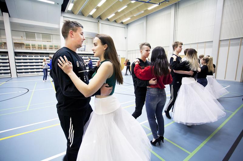 Eveliina Uusitalo, Nea Nieminen ja Iiris Alajoki tekevät kaksoistutkintoa. He saivat pareikseen Eetu Nikupaavon, Matias Simin ja Joonas Mäkeläisen ammattiopistolta.