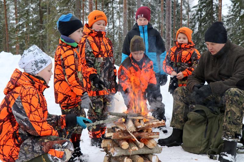 Saalista ei jänismetsältä saatu, mutta onneksi metsästysretket ovat paljon muutakin. Nuotion äärellä Aaro Peltoniemi, Roope Kaustinen, Julius Kokkila, Roni Rauma, Toivo Paavola, Veeti Kokkila ja Toni Peltoniemi.