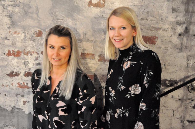 Pia Friis (vas.) ja Eeva-Maria Fränti ovat olleet työkavereita ja ystäviä kahdeksan vuotta. Vieläkään ei juttuaiheista ole tullut puutetta.