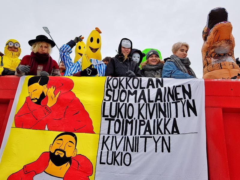 Kokkolan Suomalaisen lukion abirekka lähti liikkeelle kyydissään pari banaania.