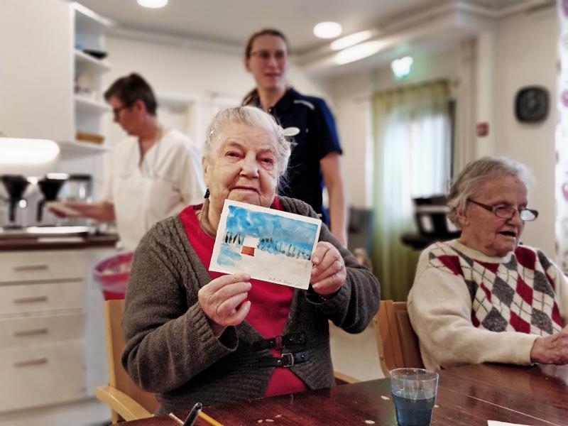 Pedersheimin asukas Inga-Lill Törnqvist osallistuu mielellään palvelutalon yhteisiin aktiviteetteihin. Myös Carin Lindströn piti akvarellimaalauksesta. Taidetuokion ohjasi kulttuurityöntekijä Ann-Sofie Eriksson (ei kuvassa).