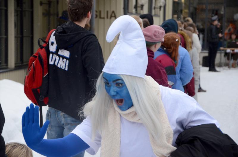 Smurffiina tervehti penkkariyleisöä Musiikkilukion pihalla.