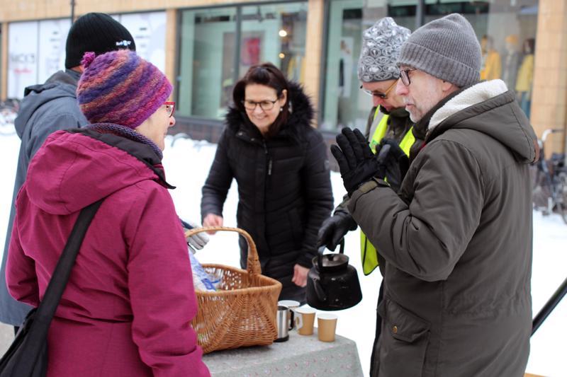 Yhteisöklubi Sillan järjestösuunnittelija Lasse Nygårdin (edessä oikealla) mielestä ihmisten kohtaaminen kasvokkain on nykypäivänä hyvin tärkeää.