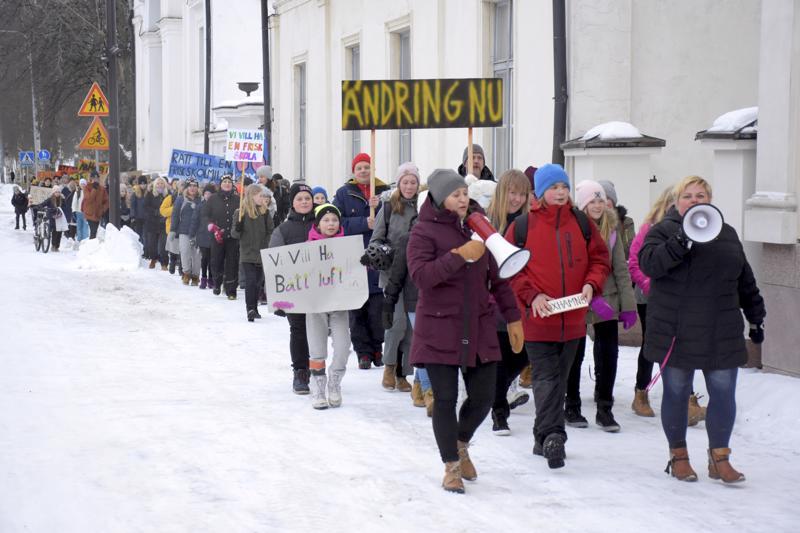 Satojen oppilaiden ja vanhempien joukko siirtyi hallitusti Oxhamnin koululta Pietarsaaren torille.