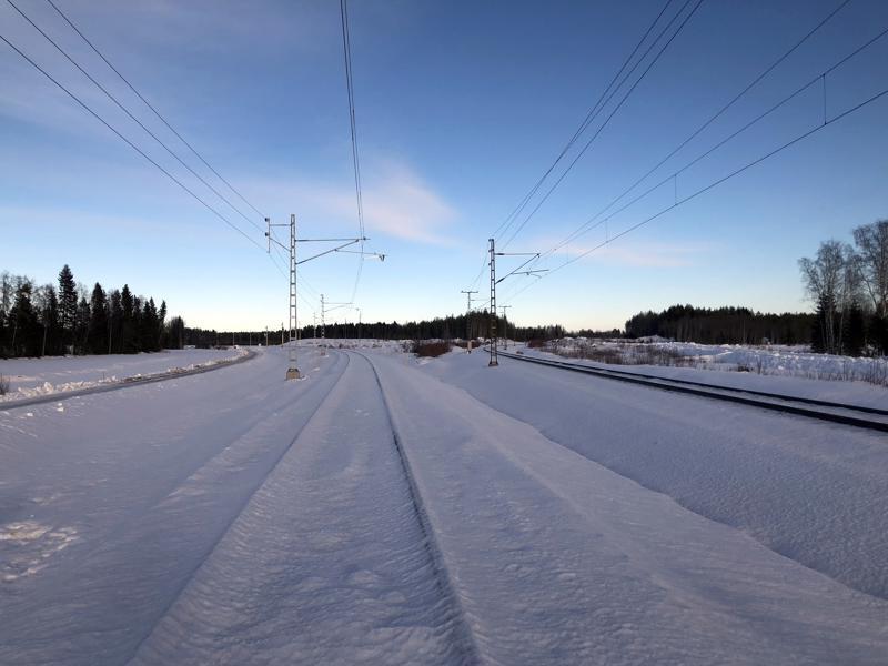 Pännäisten ja Pietarsaaren kytkee nyt toisiinsa uusi rataosuus. Tavaraliikenne kolmioraiteella käynnistyy 25. helmikuuta.