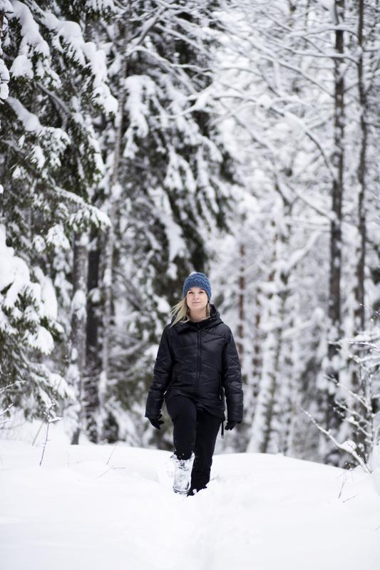 """Titta Heikkilä asuu perheineen metsän keskellä. """"Jos olen stressaantunut, menen hetkeksi metsään jaloittelemaan. Loppuvuodesta sitä tuli tehtyä paljon."""""""