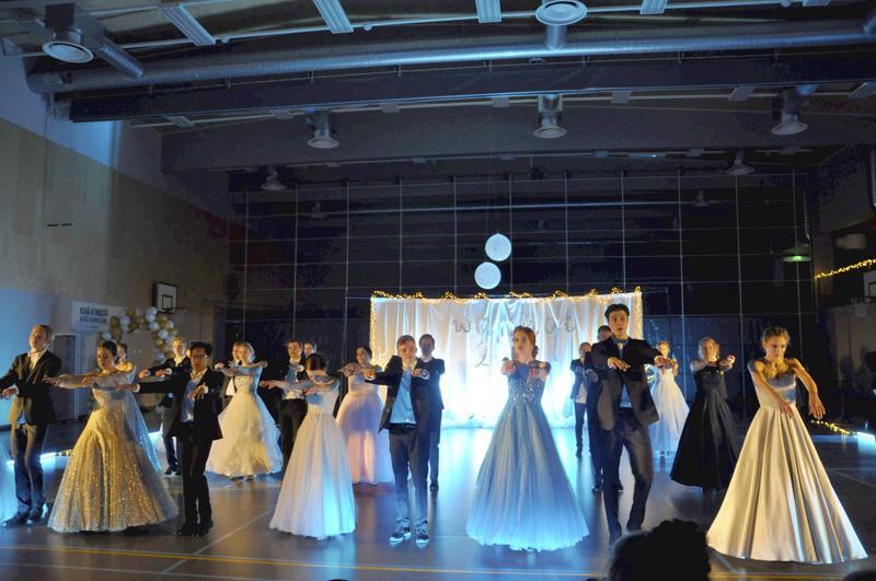 Oma tanssi. Toholammin vanhojenpäivän tanssinäytöksen loppunumero oli itse suunniteltu tanssi.