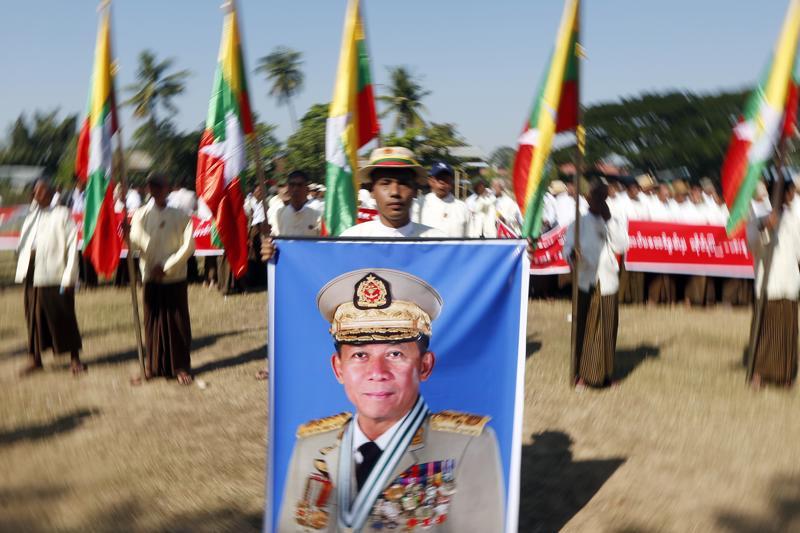 Myanmarin eli Burman asevoimien Komentaja Min Aung Hlaingin kuva oli esillä armeijaa tukevassa mielenosoituksessa pääkaupungissa Naypyitawissa tammikuussa.